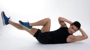 4 cviky, s kterými si udržíte ploché břicho i přes Vánoce