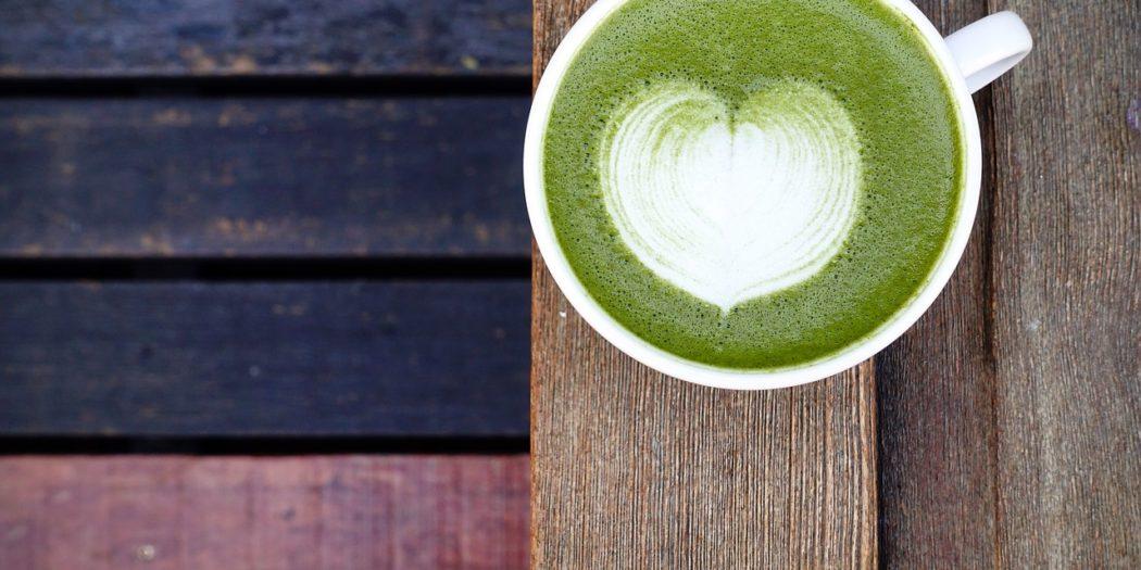 Dopřejte si místo šálku kávy povzbuzující matcha latte