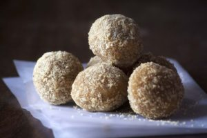 Milujete vánoční kokosové kuličky? Připravte si jejich zdravější variantu